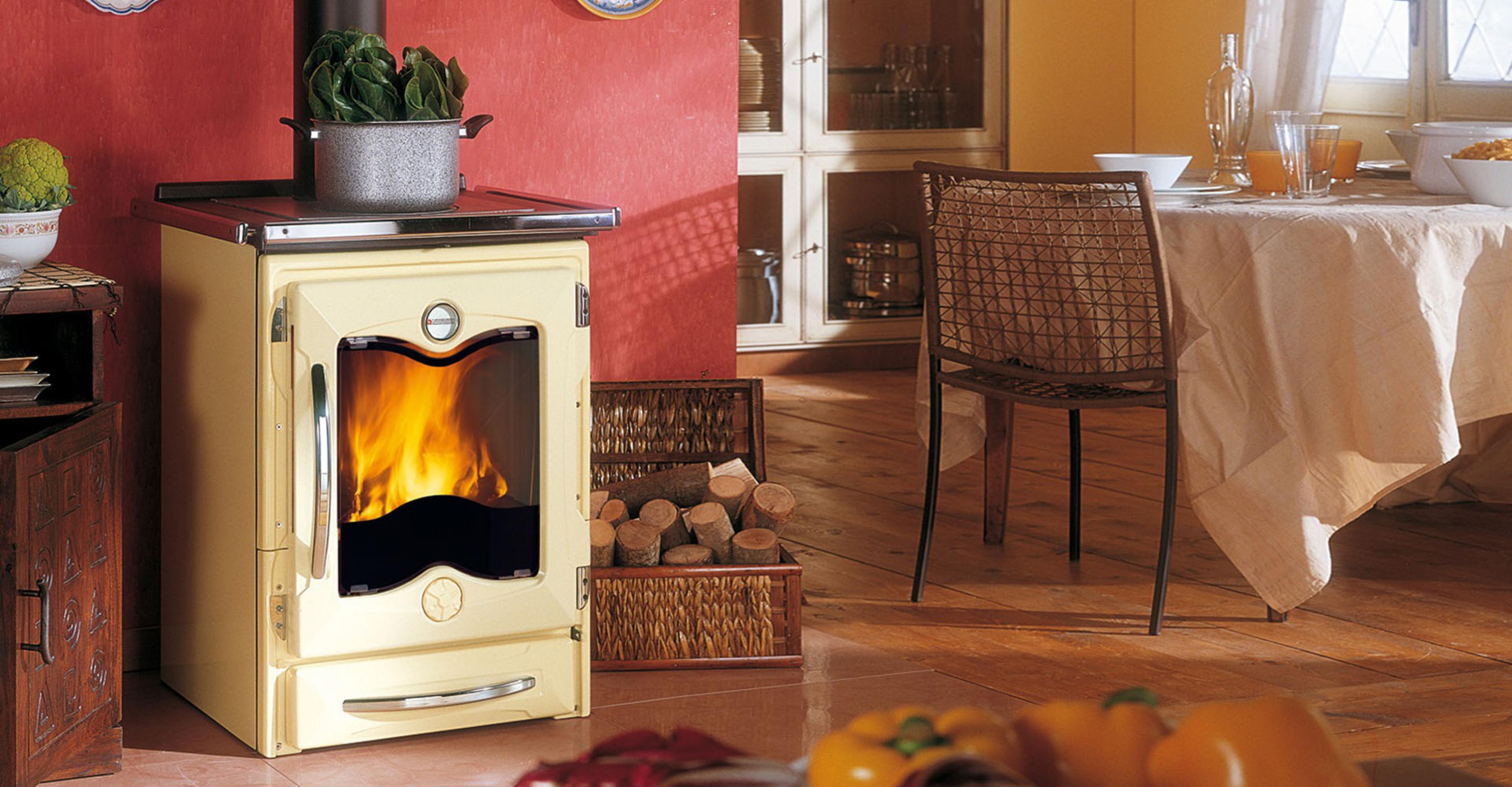 Современный биокамин или традиционная дровяная печь?